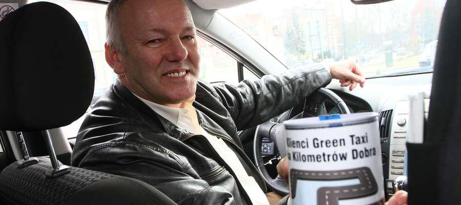 Sławomir Kałwianiec, taksówkarz Green Taxi, w aucie ma również puszkę Fundacji