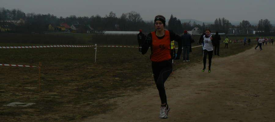 Oliwia Połujańska biegnie po złoty medal międzywojewódzkich mistrzostw młodzików w przełajach
