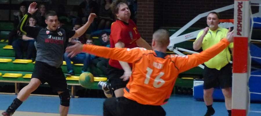Zdjęcie ilustracyjne — tu akurat Michał Gawiński (ITR Jeziorak Iława, czerwona koszulka) podczas meczu z Meble Wójcik II Elbląg