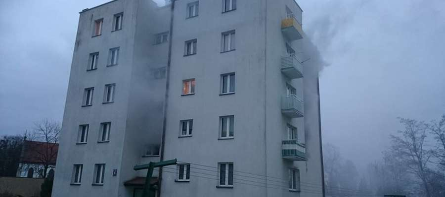W mieszkaniu strażacy znaleźli zwłoki mężczyzny.