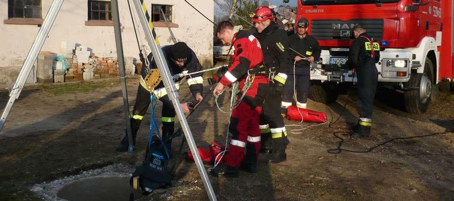 Kota ze studni wyciągnęli strażacy ze specjalistycznej grupy ratownictwa wysokościowego w Olsztynie