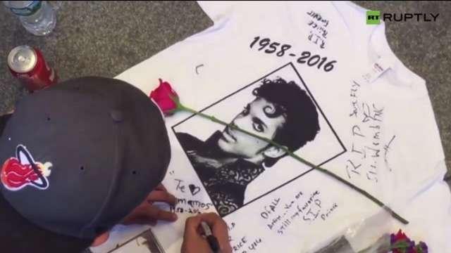 Fani opłakują Prince'a - full image