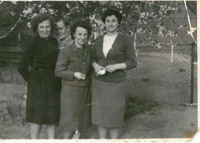 Cecylia Nerowska (w środku) wśród kuzynek po wojnie - full image