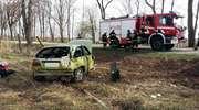 Straciła panowanie nad autem i uderzyła w przydrożne drzewo. Pasażer w szpitalu