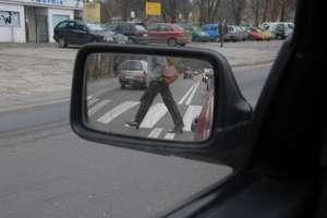 Cofając na parkingu, wjechała w starszą kobietę