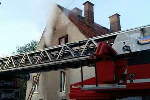 Pożar w budynku wielorodzinnym. Kobieta trafiła do szpitala