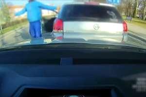 Agresywny kierowca zajechał drogę i spowodował kolizję [FILM]