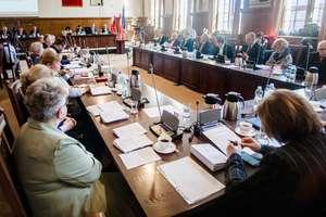O Górze Chrobrego, biletach i śmieciach... Gorąca i długa sesja Rady Miejskiej