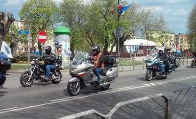 Rosyjscy motocykliści na cmentarzu żołnierzy radzieckich w Braniewie