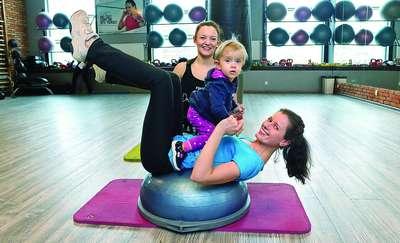 Mama fit ćwiczy razem z dzieckiem