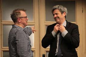 Piotr Szwedes (po lewej) i Piotr Polk w jednej ze scen drugiego aktu sztuki