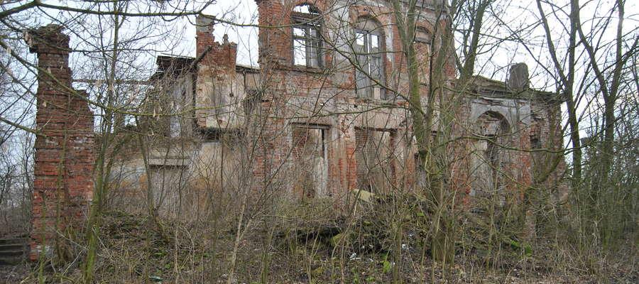Ruiny dworku w Chromakowie