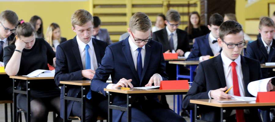 Uczniowie z gimnazjum nr 1 przed pierwszą częścią egzaminu 2016