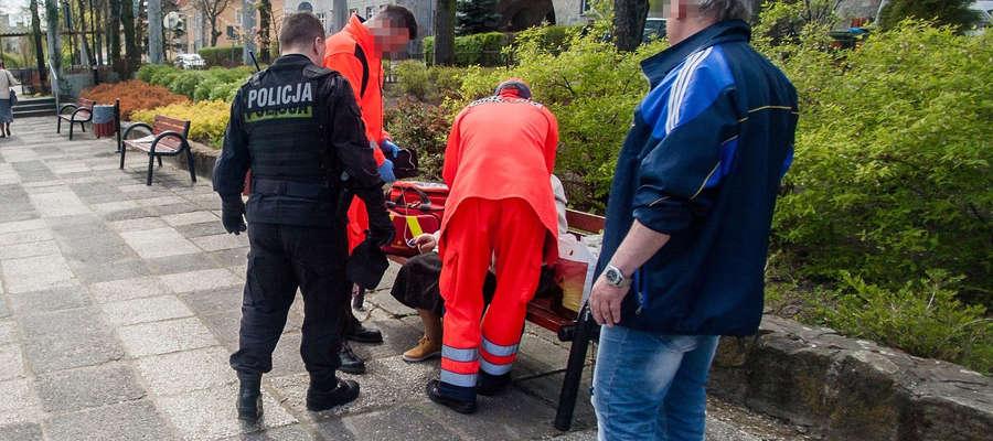 Ratownicy medyczni udzielili pomocy najbardziej poszkodowanej kobiecie