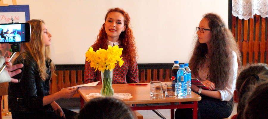 Agata Przybyłek (w środku) była gościem żuromińskiej biblioteki