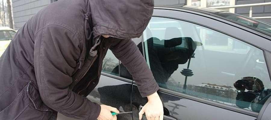 Okazja czyni złodzieja, mawia przysłowie. Tym razem opuszczone auto na leśnym parkingu znalazło amatora