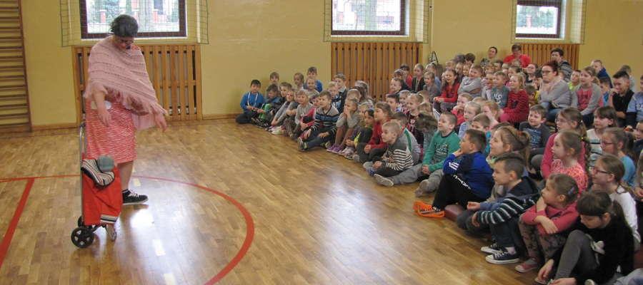 Podczas spektaklu w szkole w Biskupcu