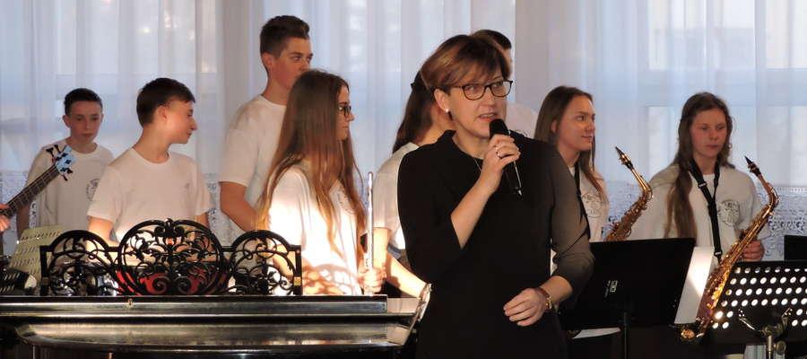 Przy mikrofonie Iwona Mrozińska