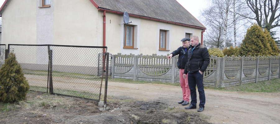Grzegorz Osiecki pokazuje nam, gdzie doszło do wypadku