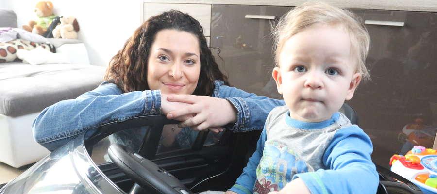 Wiktor ma 18 miesięcy i dwie bardzo poważne operacje za sobą, a jeszcze kilka przed sobą. Na zdjęciu z mamą Elżbietą.