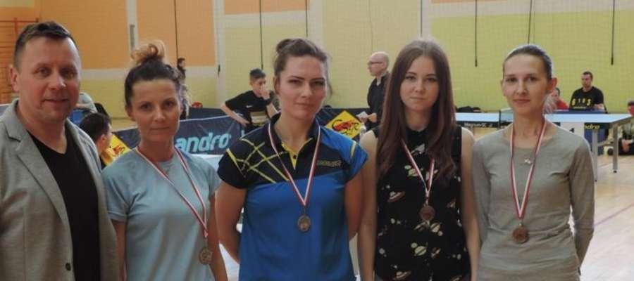 W grupie IV kobiet bardzo dobrze zagrały iławianki. Wygrała Emilia Włodarska (tuż obok Jarosława Piechotki, dyrektora CSiR Susz) a Magdalena Pieńczewska (obok Emilii) zajęła 2. miejsce