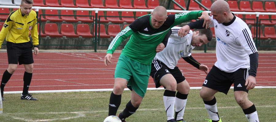 W zielonej koszulce Paweł Gajkowski, który strzelił dla Victorii pierwszego gola