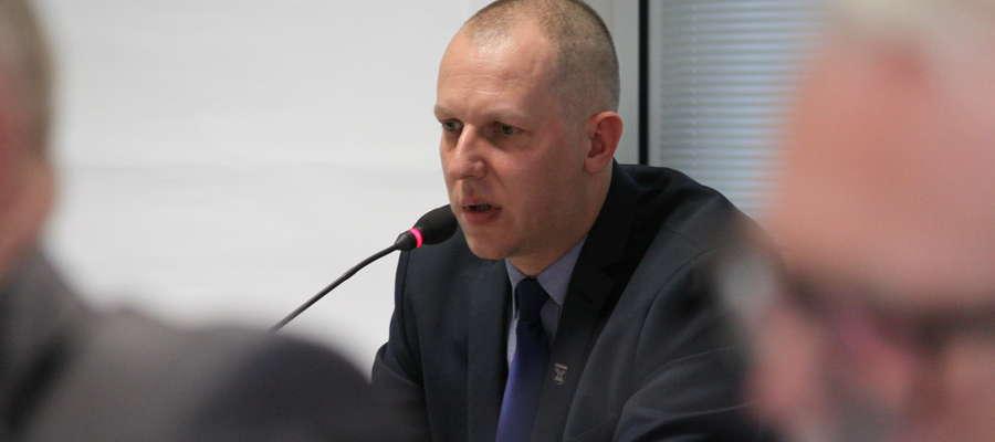 Burmistrz Bartoszyc Piotr Petrykowski przez ponad dwie godziny musiał odpowiadać na pytania i uwagi radnych