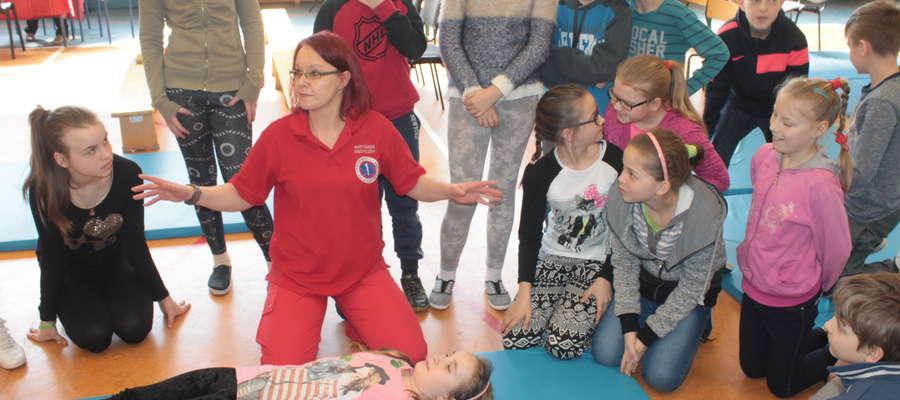 Ratowniczka medyczna, Agnieszka Romanowska uczyła zasad udzielania pierwszej, przedmedycznej pomocy.