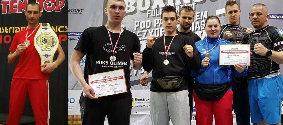 Wojtek Wiśniewski z lewej, z prawej strony zawodnicy i trenerzy, którzy pojechali do Piotrkowa Trybunalskiego