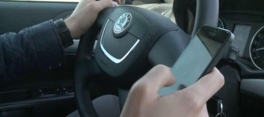 Coraz więcej kierowców używa komórki w trakcie jazdy. Kiedy naruszają prawo?