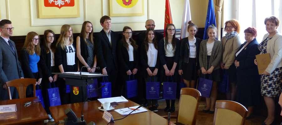 Uczniowie z nowomiejskiego gimnazjum (z opiekunami i włodarzami) podczas sesji