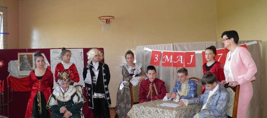 Przedstawienie zaprezentowane przez uczniów szkoły w Montowie