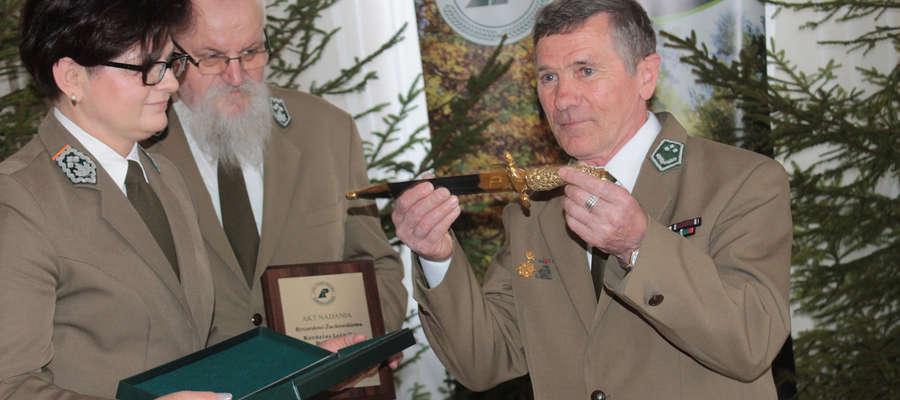 Ryszard Żuchowski został wyróżniony najwyższym leśnym odznaczeniem. Z rąk dyrektor RDLP w Olsztynie Małgorzaty Błyskun otrzymał Kordelas Leśnika Polskiego.