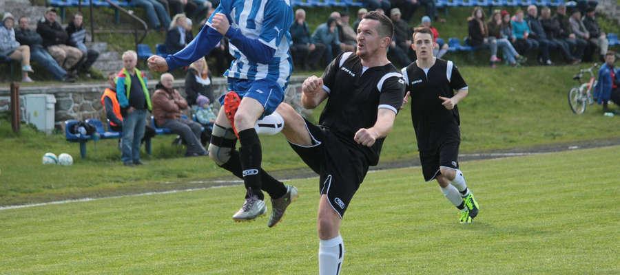 W czarnym stroju Bigdan Bilicki, strzelac 3 bramek meczu.