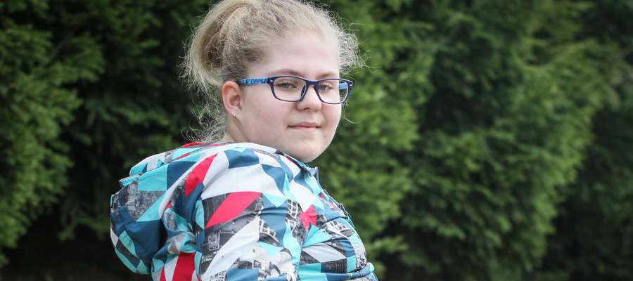 Dzień Zuzi wypełnia: szkoła, rehabilitacja, spacery z psem i jej pasje, szermierka i granie na gitarze