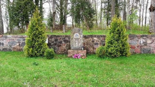 Pomnik poległych i stary cmentarz ewangelicki w Dunajku - full image
