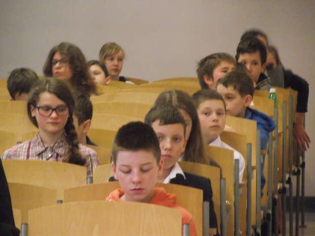 Miłosz ze swoją nauczycielką przed Akademią Finansów i Biznesu w Warszawie