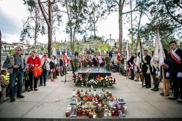 Mauzoleum Matka i Serce Syna na wileńskiej Rossie, uroczystości 80-lecia śmierci Piłsudskiego w roku 2015 - full image