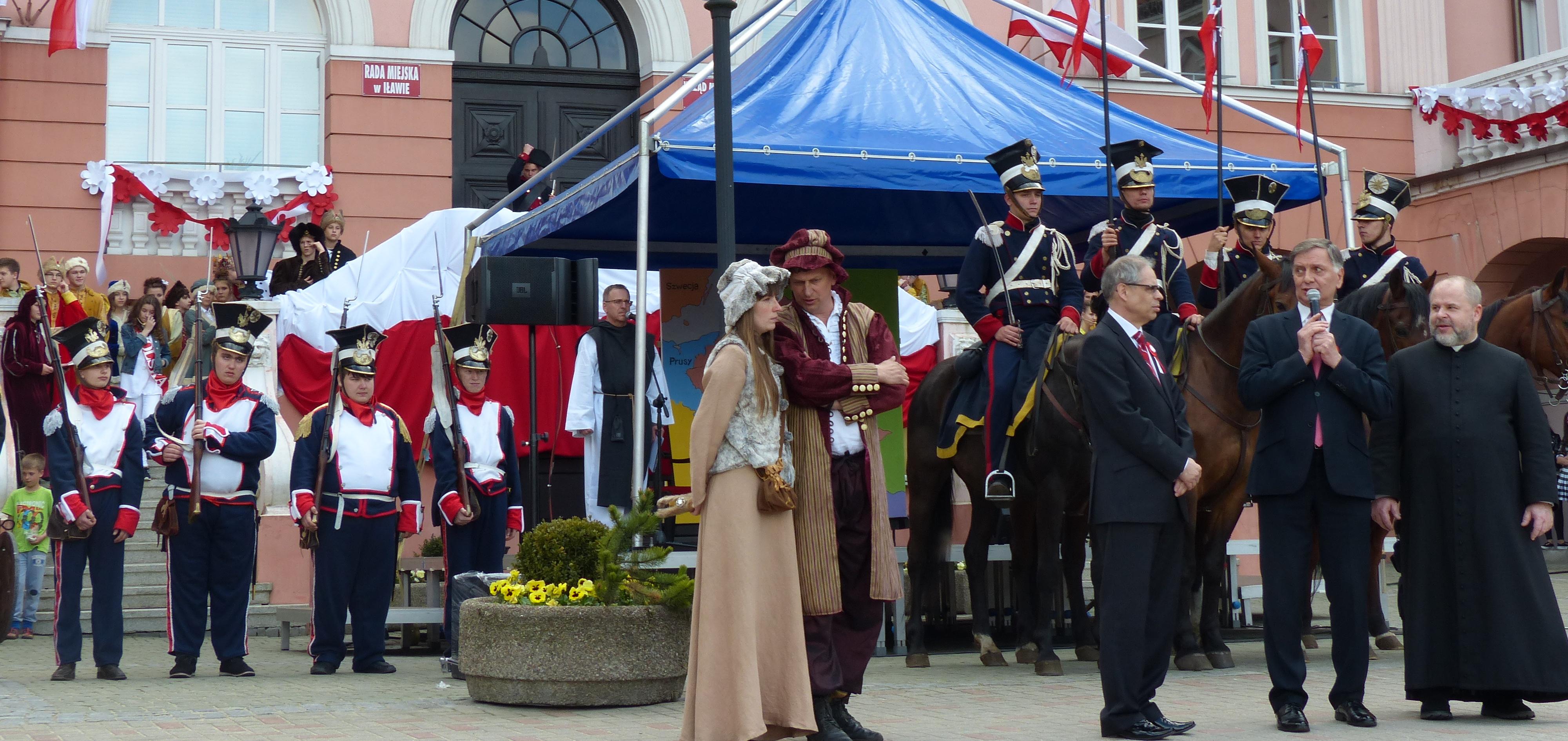 Tuż po historycznej paradzie głos zabrałm.in. burmistrz Iławy Adam Żyliński i zaprosiłmieszkańców do obejrzenia przedstawienia