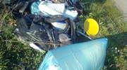 Ludzie wyrzucają śmieci przy drodze