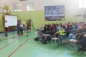 Szóstoklasiści wraz z rodzicami na spotkaniu w Gimnazjum nr 2