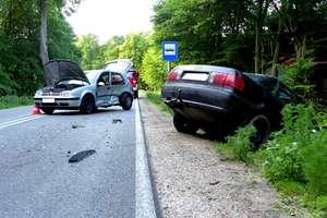 Zderzenie samochodów pod Mrągowem. Jedna osoba w szpitalu
