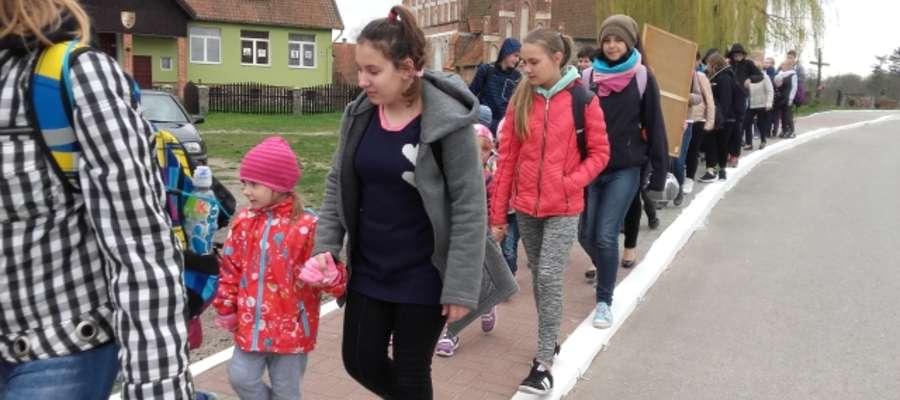 Dzieci z Mołtajn w drodze do kościoła. Za chwilę wezmą udział w mszy odprawionej z okazji 2. rocznicy kanonizacji papieża-Polaka.