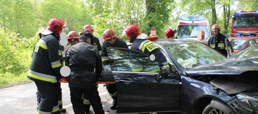 Zderzenie dwóch aut. Trzy osoby w szpitalu