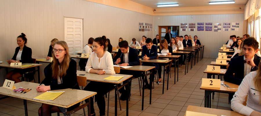 Maturzyści z LO w Żurominie tuż przed egzaminem pisemnym z matematyki