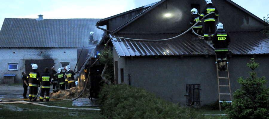 Zieluń. Strażacy ratują zabudowania