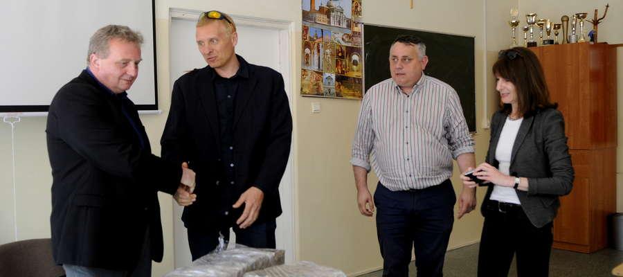 Dyrektor Zespołu Szkół nr 1 oraz Adam Ejnik przekazują macewy Fundacji Ochrony Dziedzictwa Żydowskiego