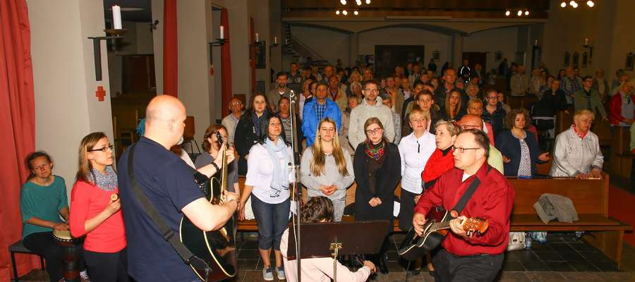 Jednym z elementów działania ewangelizacyjnego jest posługa muzyczna. Na zdjęciu zespół ewangelizacyjny z Warmii śpiewający razem z lokalną wspólnotą.