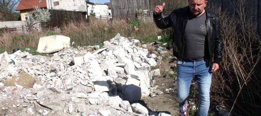 Mieszkaniec pokazuje góry śmieci