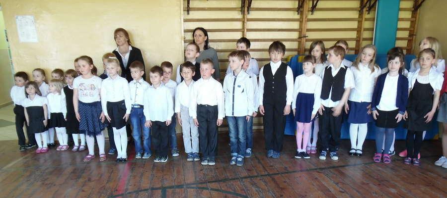 Uczniowie i nauczyciele podczas apelu w szkole w Boleszynie
